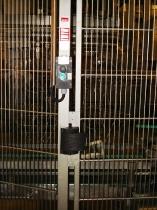 Microinterruptor y botonera IP69K en puerta batiente de acero inoxidable