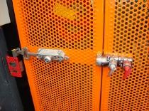 Instalación de microinterruptor de alta robustez y sistema de llaves  en puertas batientes