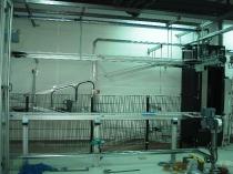 Estructura de protección de montacargas con vallado perimetral de seguridad